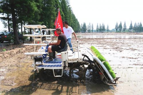 无锡三夏大忙开展 农机志愿者服务队在行动