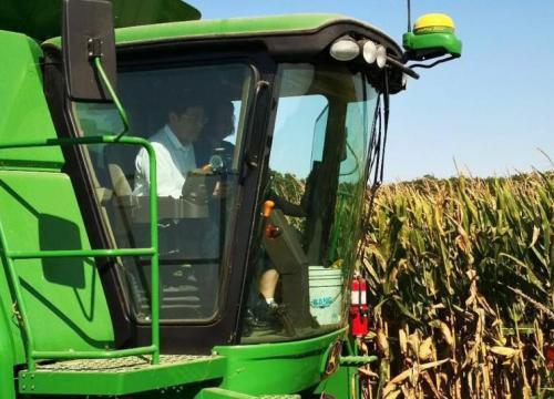 省委书记杜家毫的现代农业情结:开着农机收玉米