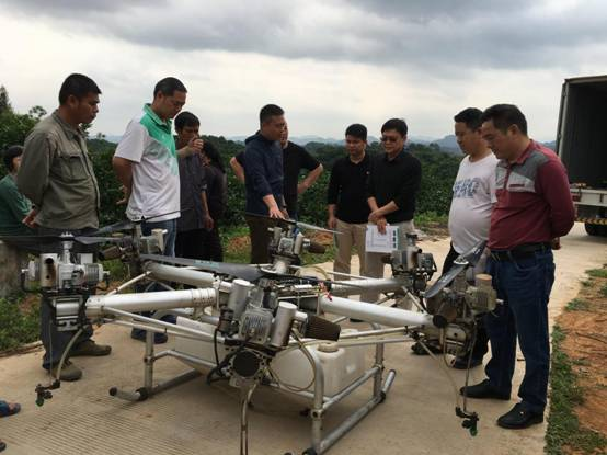 容县首次举行无人机喷药推广演示